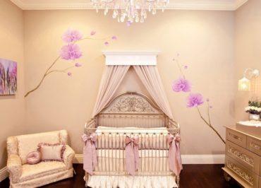 розовые цветы на бежевой стене