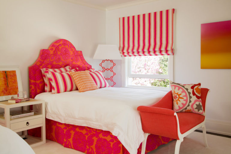 Римские шторы хороши для спальни где кровать стоит рядом с окном