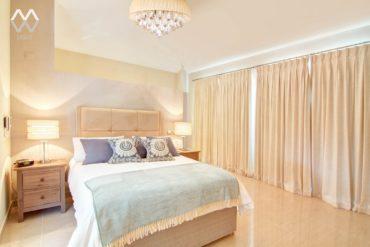 сиреневые подушки на кровати