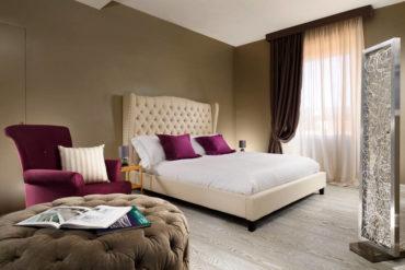 лиловое кресло и подушки