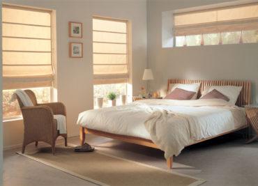 серые подушки на кровати