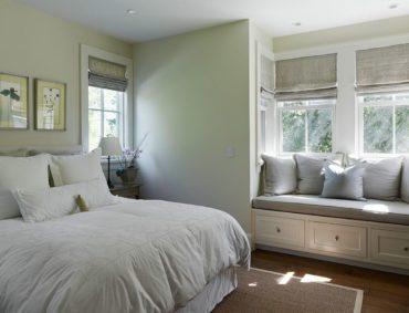 подушки серые на окне