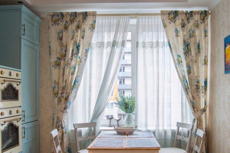 птички и ваза с цветами на окне