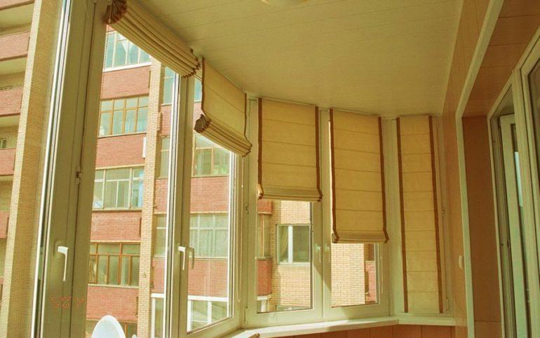 многоэтажка за стеклом
