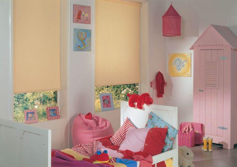 Рулонные шторы пастельного цвета в детской