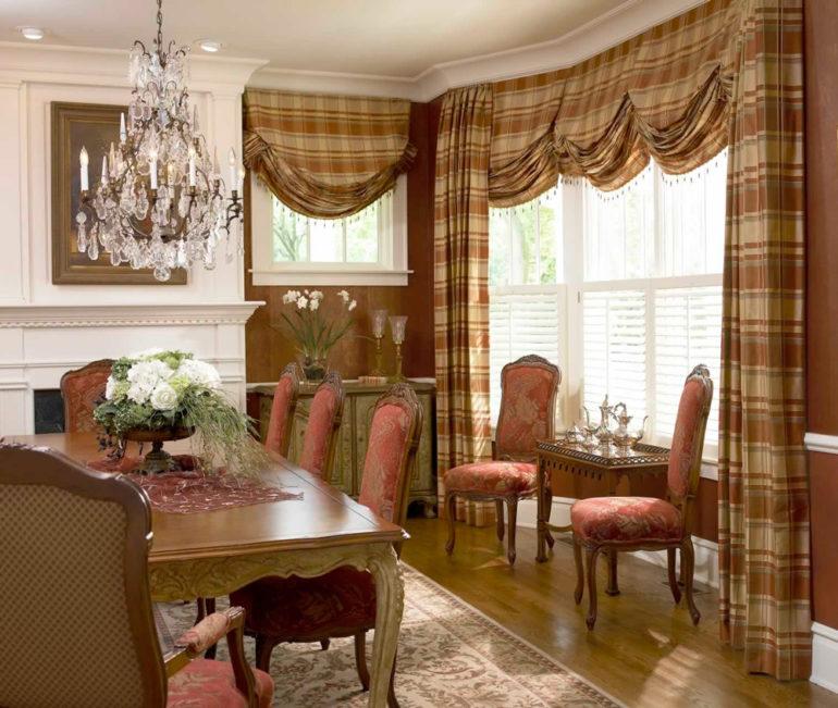 Английские шторы в крупную клетку это стильное решение для декора окон в гостиной в таком же английском стиле