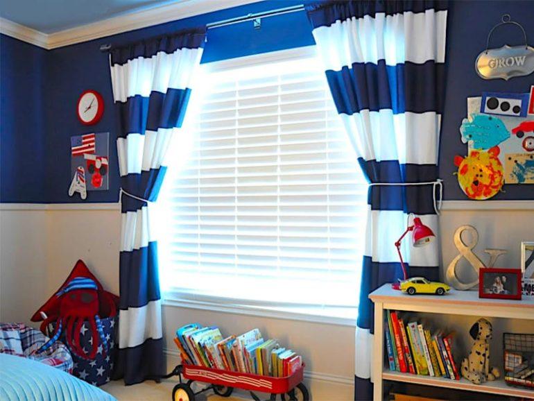 Бело-синяя полоска на шторах подарит гармонию интерьеру детской спальни