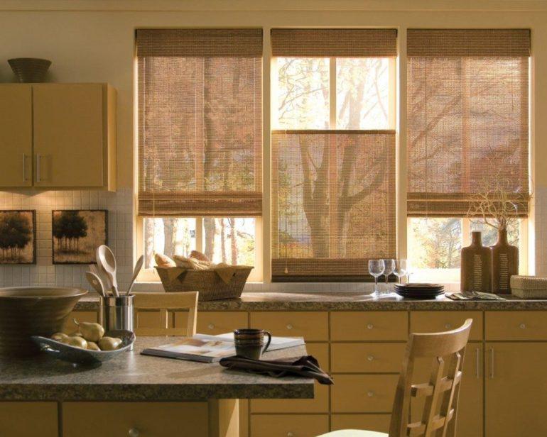 Римские шторы из соломки это беспроигрышный вариант для кухни в любом стиле