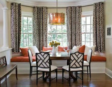 белые стулья и коричневые подушки