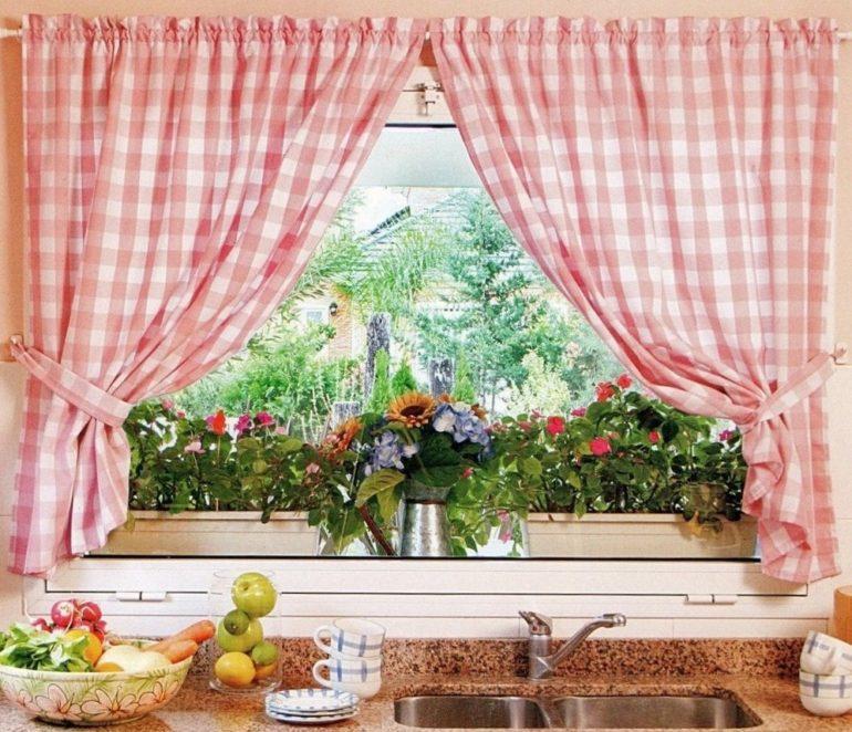 Для кухни в деревенском стиле выбирайте тематические занавески из натуральных материалов