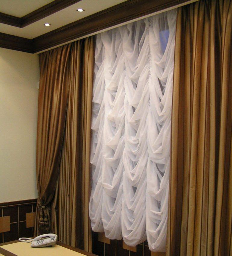 Французские белые шторы выглядят очень нарядно и создают праздничную атмосферу