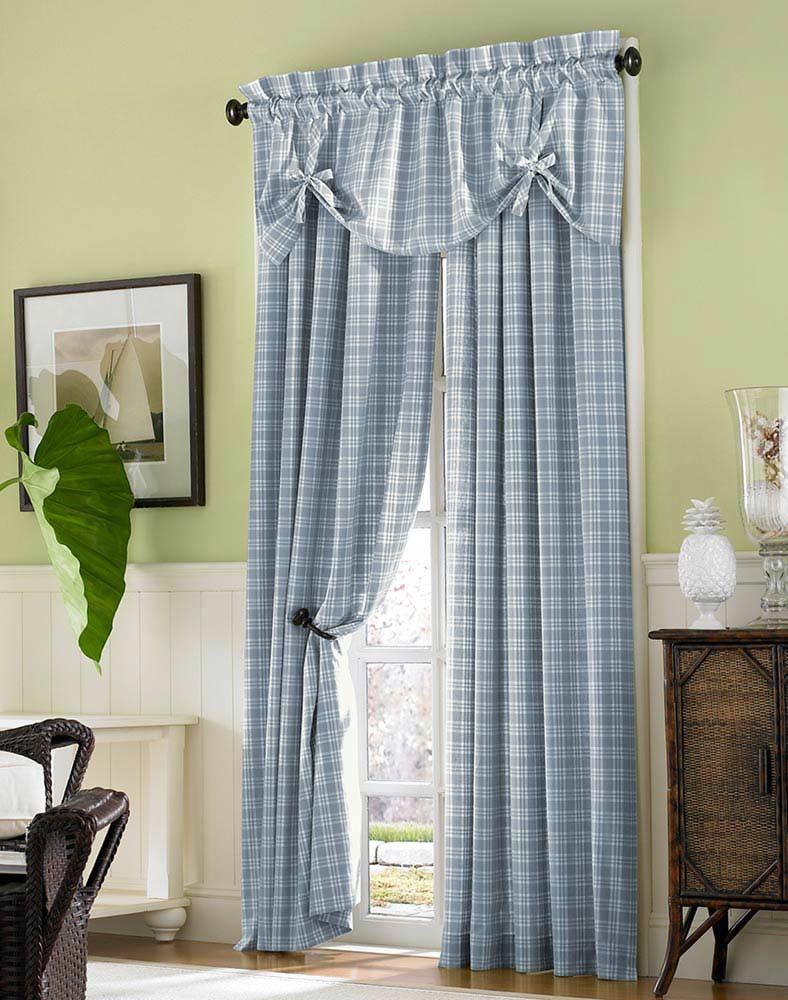 Голубые занавески в клетку станут подходящим декором для спальни в стиле прованс