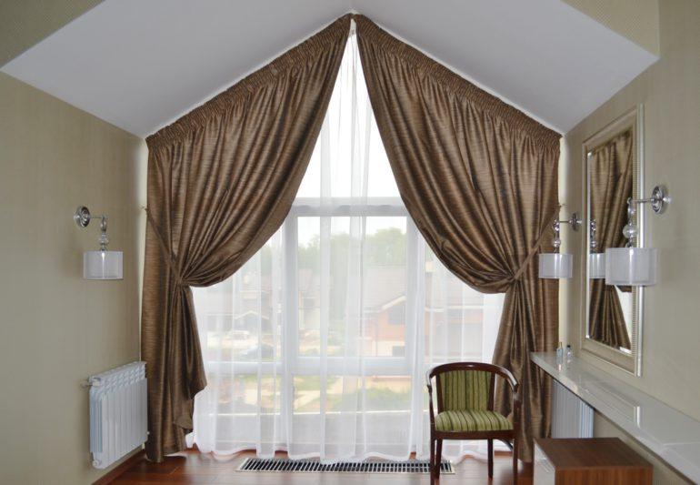 Классические шторы для треугольных окон это универсальный способ оформления