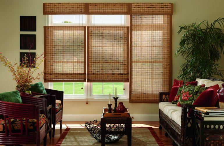 Комнатные растения, соответствующие шторы и мебель все это объединяют интерьер и создает общую картину