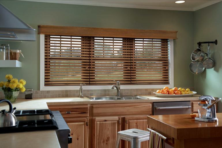 Коричневые горизонтальные жалюзи гармонично вписываются в интерьер кухни, а также не мешают процессу приготовления пищи и уборки