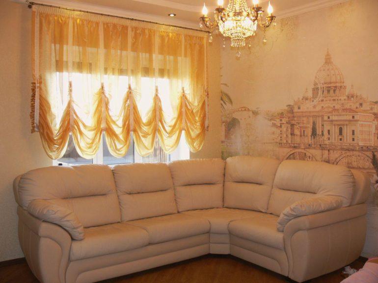 Короткие французские шторы практично вешать на окно рядом с которым стоит диван