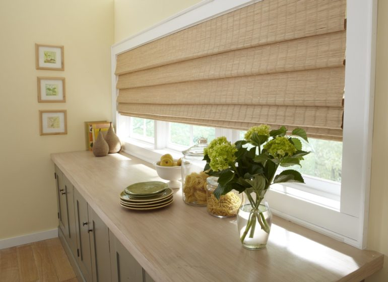 Кухня оформленная в эко стиле просто не может обойтись без великолепных римских штор из натурального бамбука