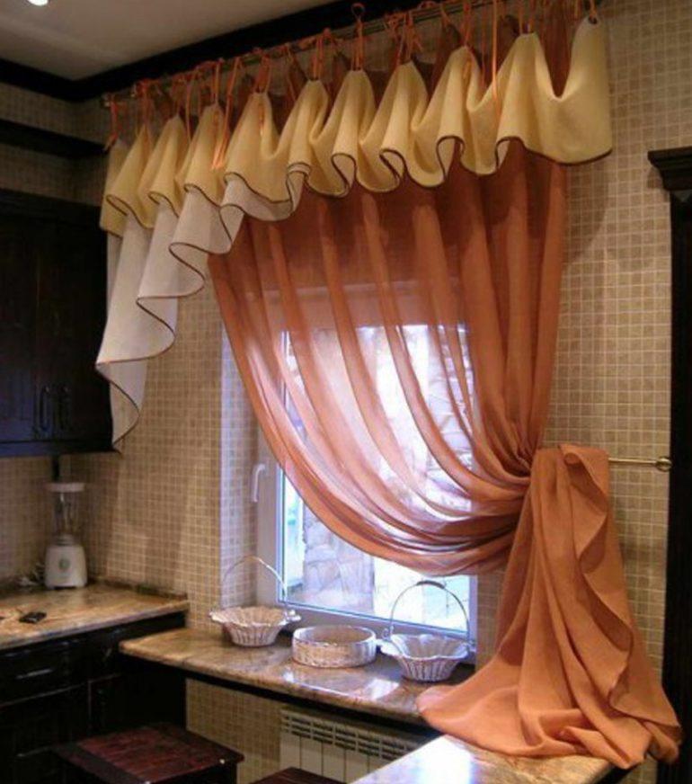 Кухонное окно над столом без труда украсят вуалевые занавеси с подхватом и ламбрекеном