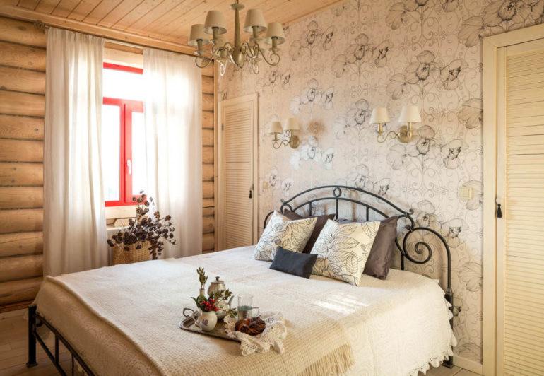 Легкий лен смотрится непринужденным на фоне деревянных стен