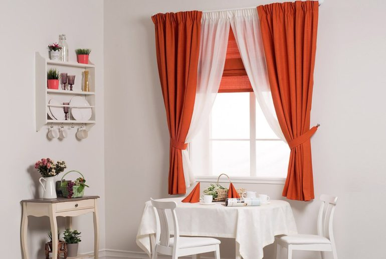 Однотонные плотные шторы до подоконника отлично дополнят прозрачные занавески контрастного цвета