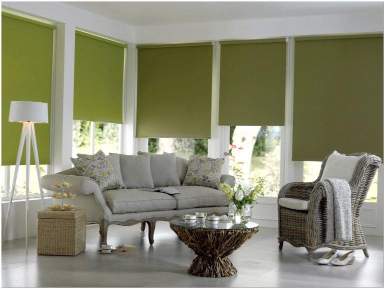 Оливковые рулонные шторы защищают от лишнего света, а также гармонично вписываются в светлый интерьер
