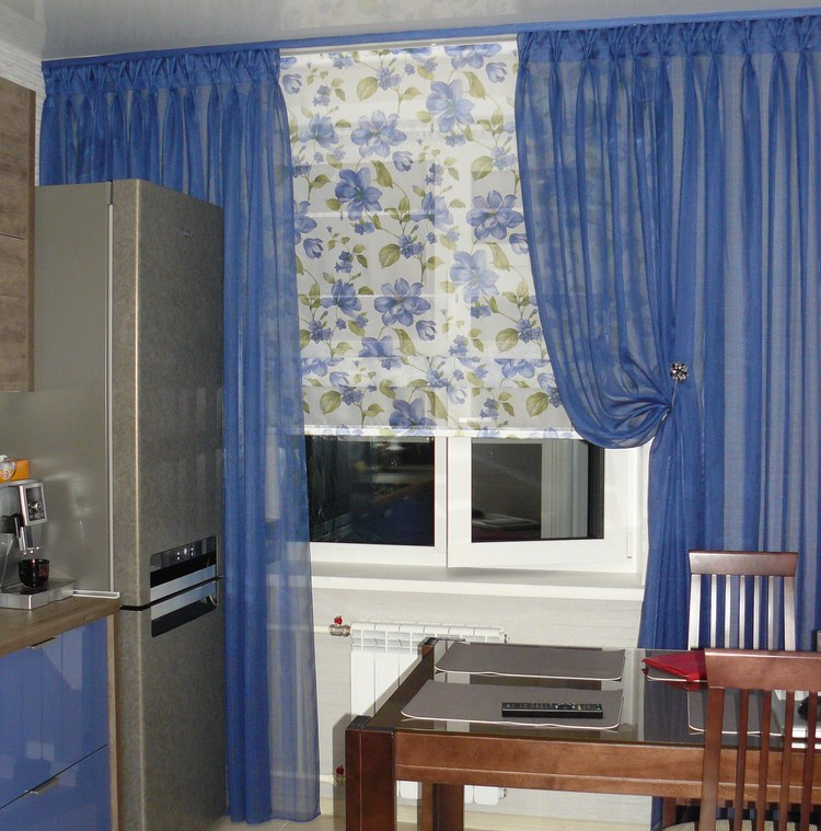 Полупрозрачные занавески василькового цвета освежат кухню
