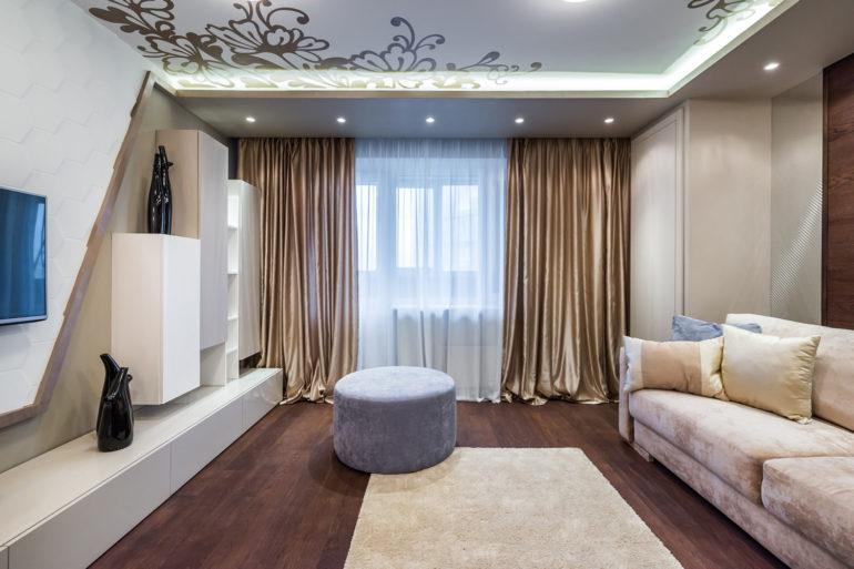 Просторная светлая гостиная это отличное поле для экспериментов с кроем и цветом штор