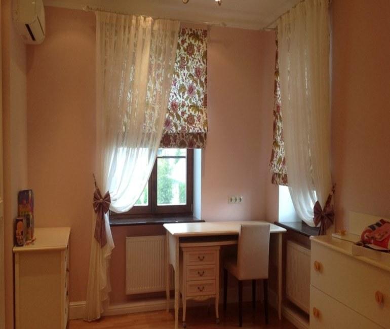 Римские шторы хороши когда возле окна стоит стол