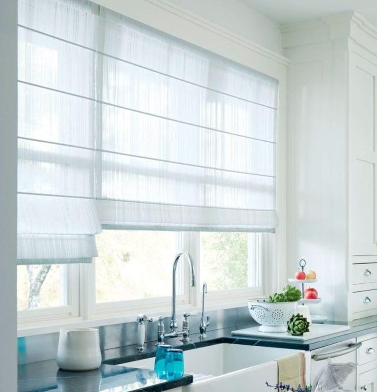 Римские шторы легко поднять во время мытья посуды или готовки, чтобы избежать загрязнений полотна