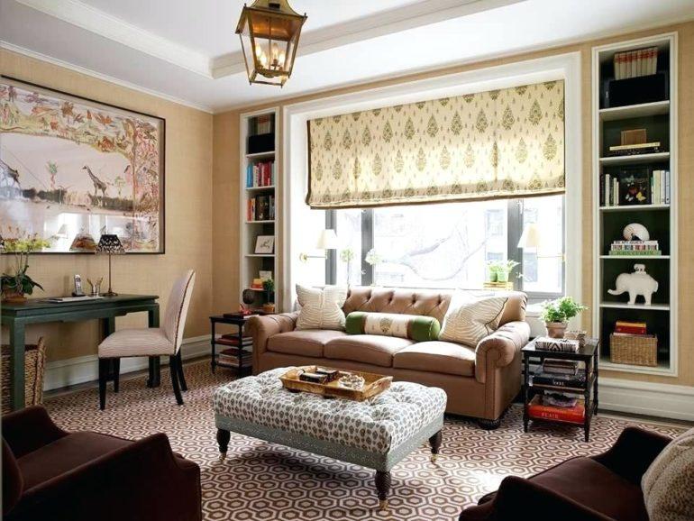 Римские шторы шириной во все окно способны зрительно расширить стены гостиной