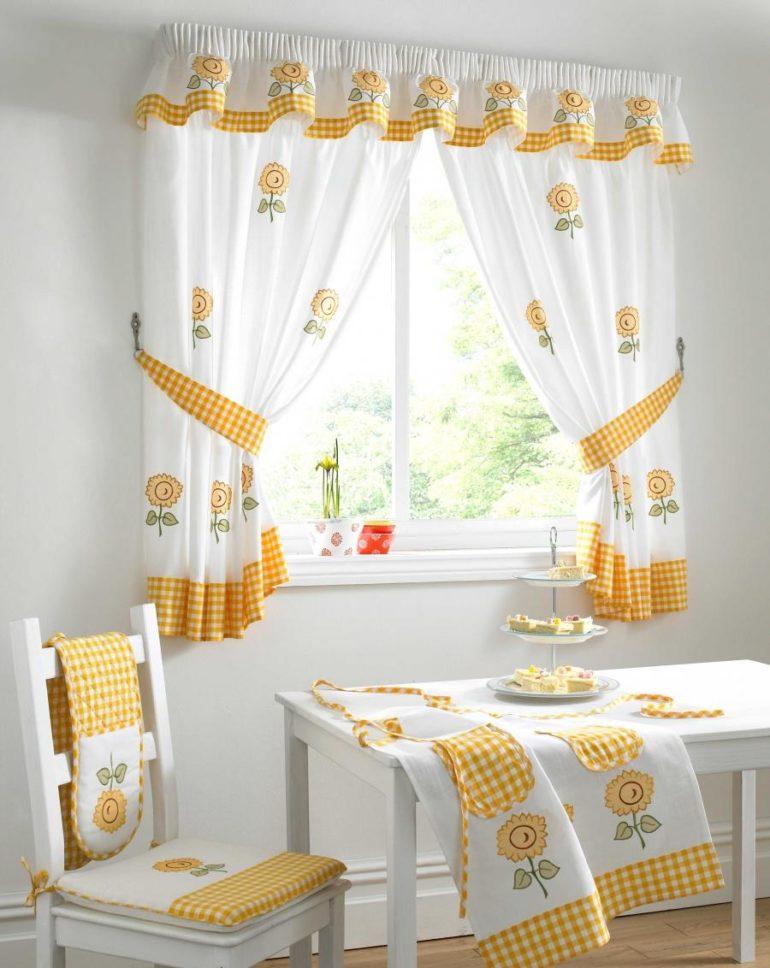 Шторный текстиль может гармонично комбинировать с другими декоративными элементами