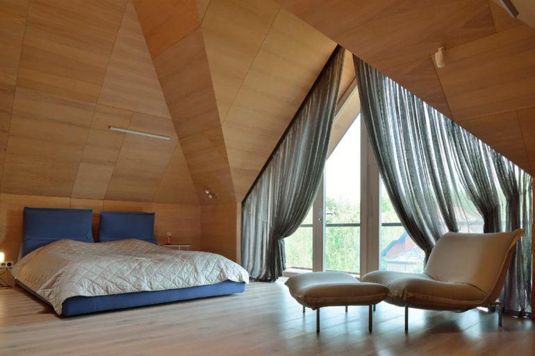 Шторы из легкой ткани самый выгодный способ подчеркнуть неординарность треугольного окна