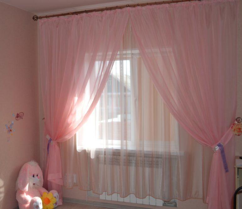 Сборка на тюле выглядит торжественно и празднично на окнах детской комнаты