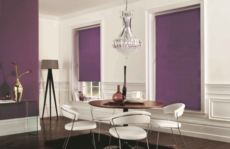 Сиреневые ролеты на фоне белых стен будут ярким акцентом и практичным выбором для кухонных окон