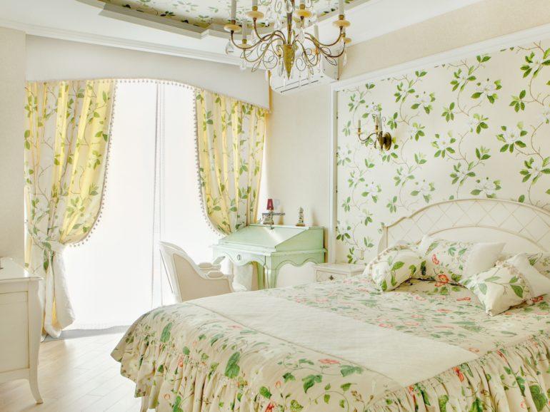 Сочетание шторной ткани с другим текстилем-необходимое условие при оформлении спальни в стиле прованс