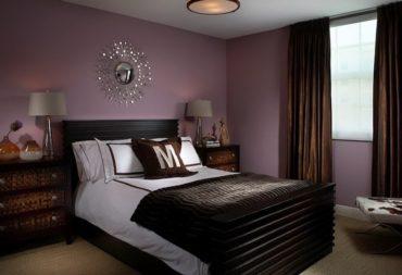 Спальню с фиолетовыми стенами дополнят строгие шоколадные оттенки в виде штор