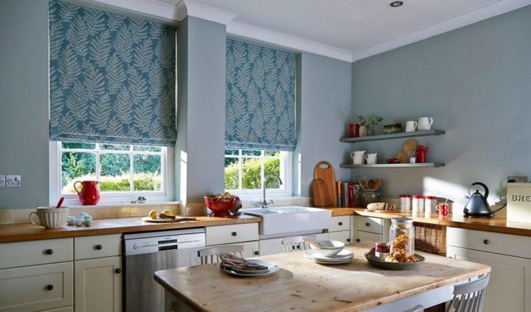 Среди серых стен будут выделяться синие римские шторы с белым рисунком