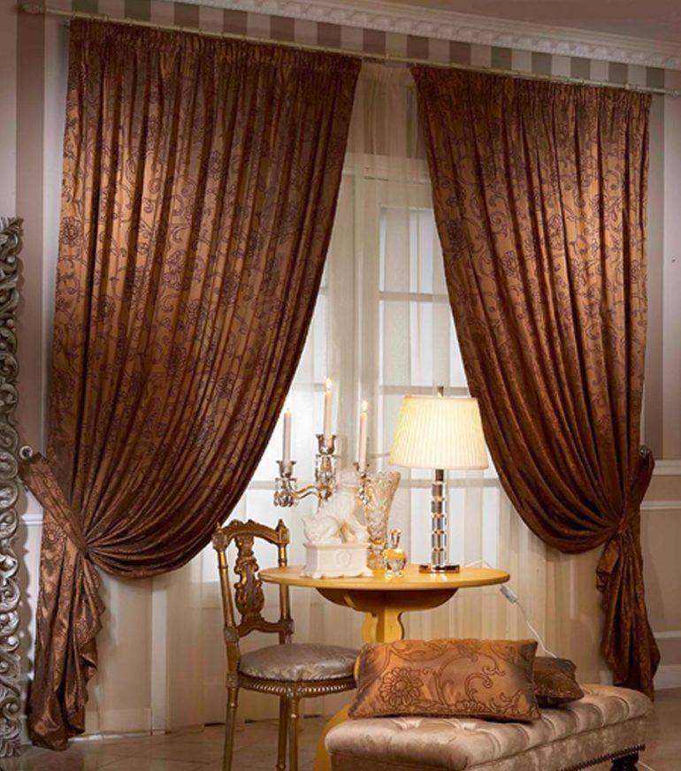 Теплый карамельный оттенок идеален для портьер в гостиную в стиле королевского замка