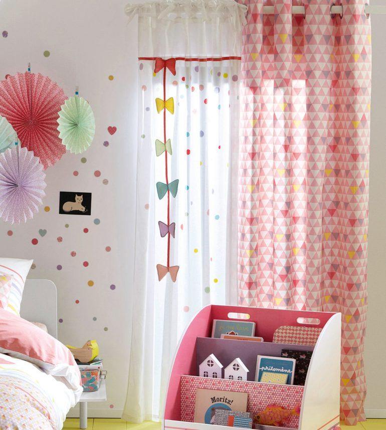 Традиционные розовые оттенки украшают спальню маленькой девочки