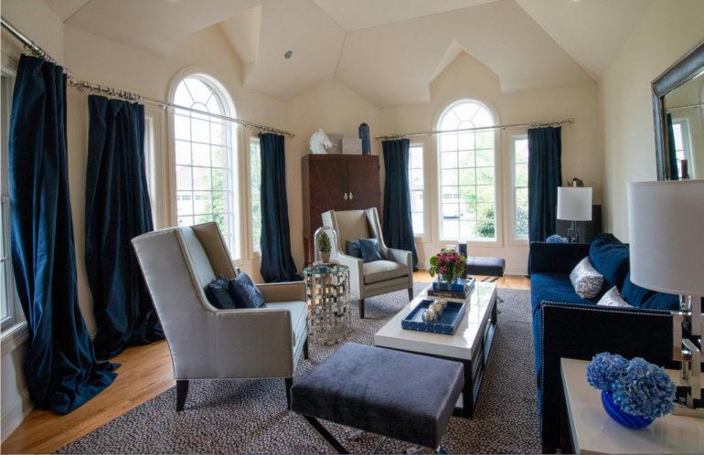 В просторной светлой гостиной синие шторы до пола послужат главным элементом декора