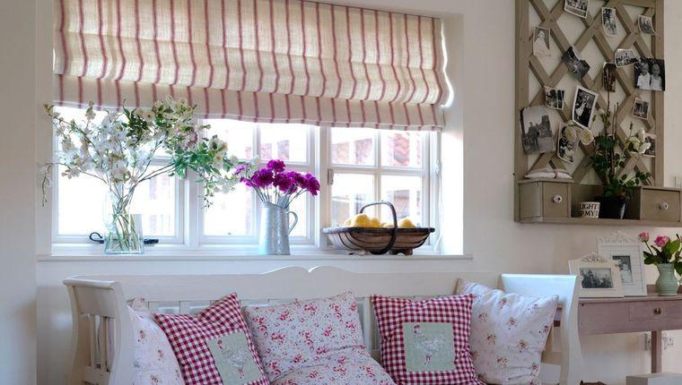 Вертикальные полосы способны приподнять потолки, а светлые оттенки увеличивают комнату при зрительном восприятии