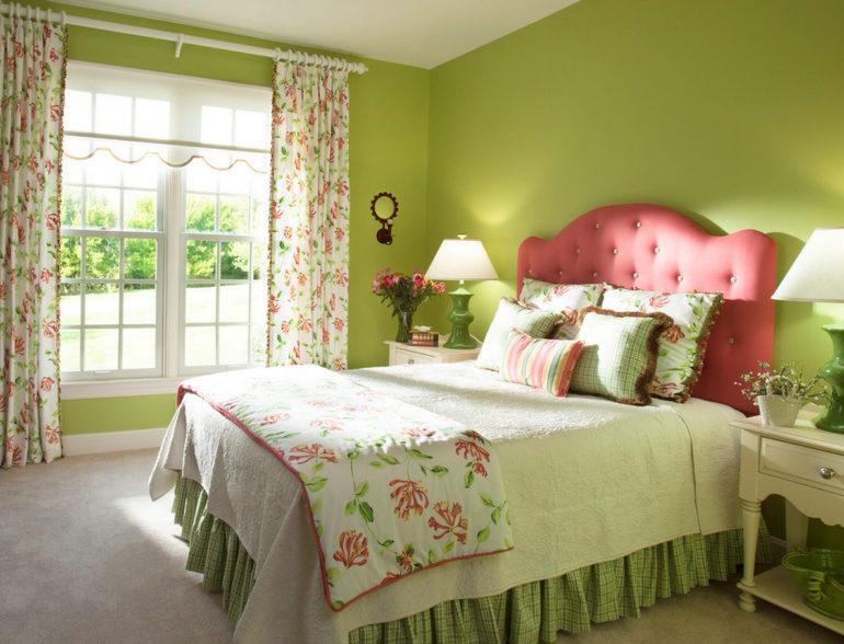 Однотонные стены разбавят светлые шторы с цветочным рисунком