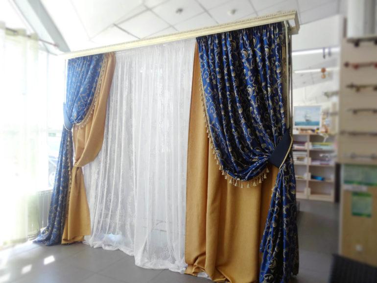 Золотые узоры на ткани всегда придают шторам роскошный и богатый вид