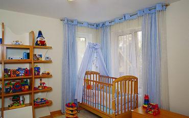 бело-голубой тюль в комнате младенца