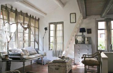 деревянная лестница и сундук