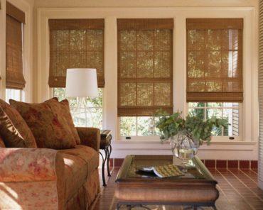 деревянные шторы в коричневом интерьере