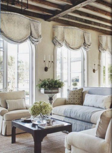 деревянный потолок и белая мебель