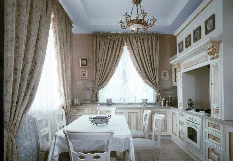 фарфоровое блюдо на столе