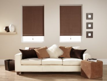 коричневые подушки и шторы