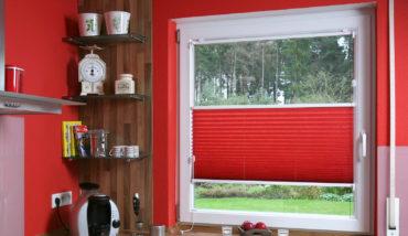красные плиссе на квадратном окне